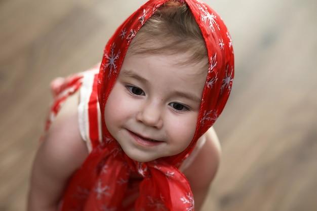 ハンカチと踊る赤いドレスの少女