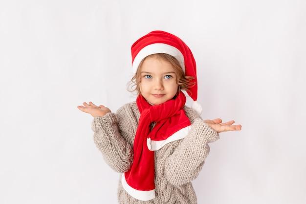 Маленькая девочка в шляпе санта на белом фоне, место для текста
