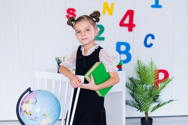 本を持っている制服の少女