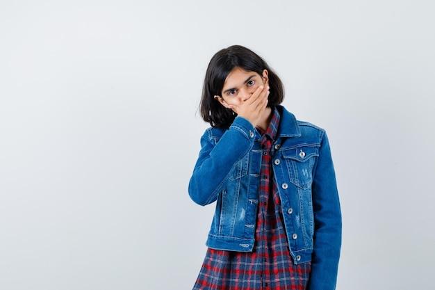シャツを着た少女、口に手をかざして驚いたジャケット、正面図。