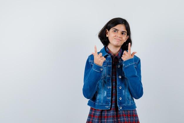 シャツを着た少女、上向きで希望に満ちたジャケット、正面図。