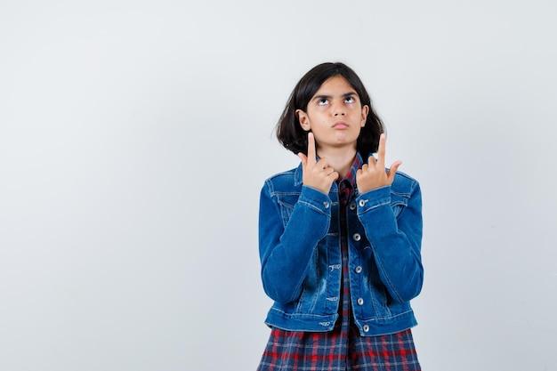 シャツを着た少女、上向きで真面目なジャケット、正面図。