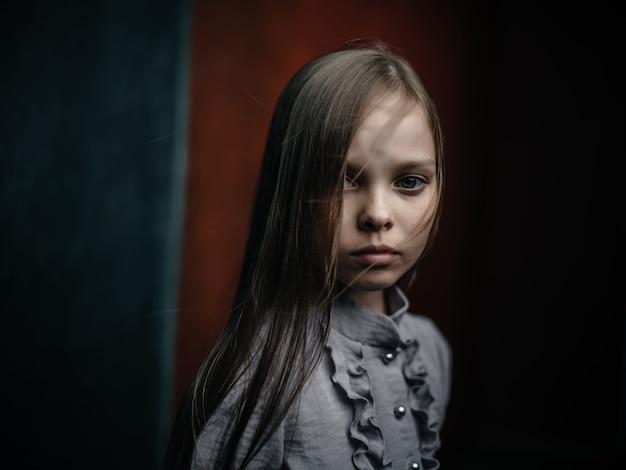 셔츠 포즈 패션 스튜디오에 어린 소녀
