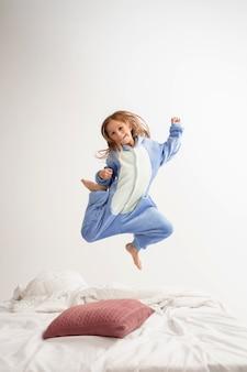 柔らかく暖かいパジャマを着た少女は、家で遊んで明るい色をしました。楽しい、パーティー、笑う、遊ぶ、スタイリッシュで幸せそうなかわいいモデル。子供の頃、レジャー活動、幸福の概念。