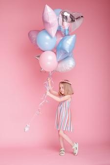 분홍색 표면에 풍선 스트라이프 드레스 소녀