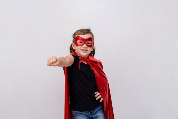 Маленькая девочка в костюме супергероя