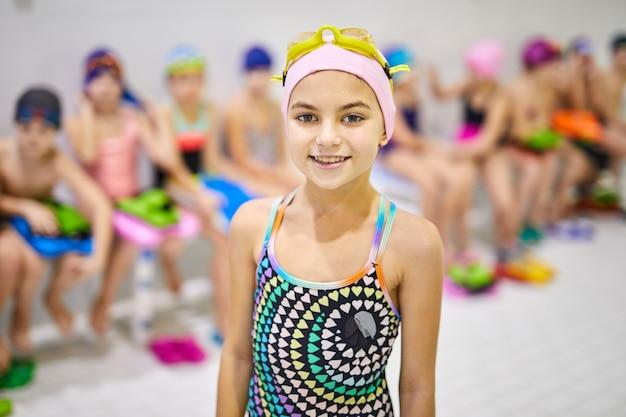 Маленькая девочка в купальнике