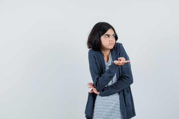 Tシャツを着た少女、横を向いて混乱しているジャケット、