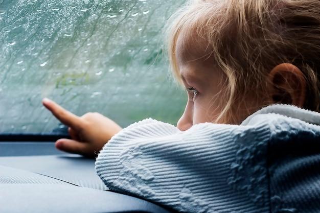 Маленькая девочка в машине