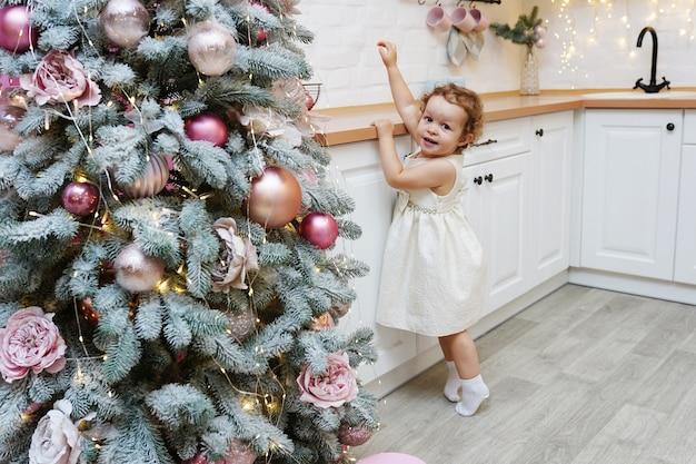 クリスマスのために飾られたキッチンの少女