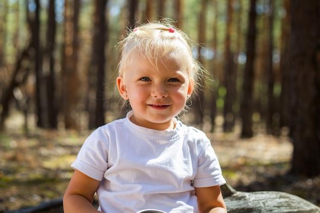 Маленькая девочка в лесу. прогуляйтесь с родителями. прогулка с родителями.