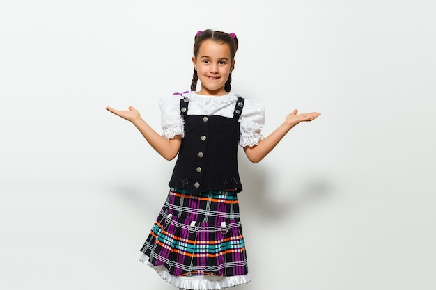 伝統的なドイツのドレスを着た少女、バイエルンの衣装を着た少女