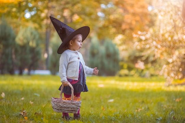 ハロウィーンの魔女の衣装を着た少女。子供の頃、カーニバル。