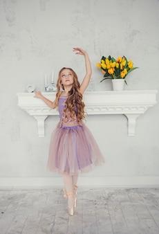 小さな女の子が踊っています