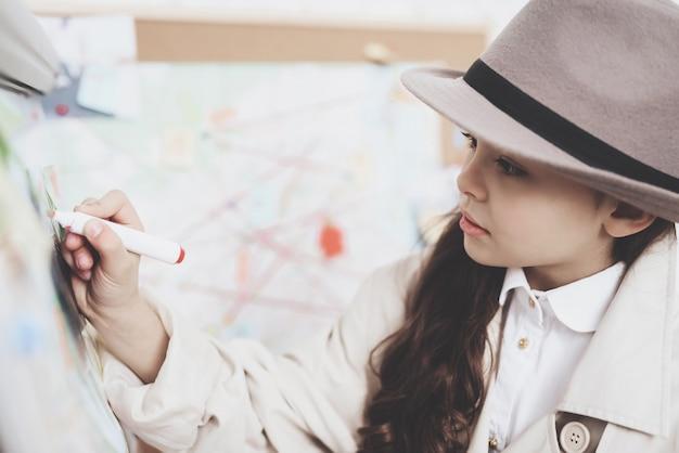 어린 소녀는 단서 보드에 표시와 함께 그림입니다.