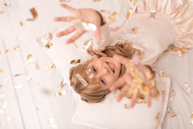 Маленькая девочка наслаждается праздником рождества