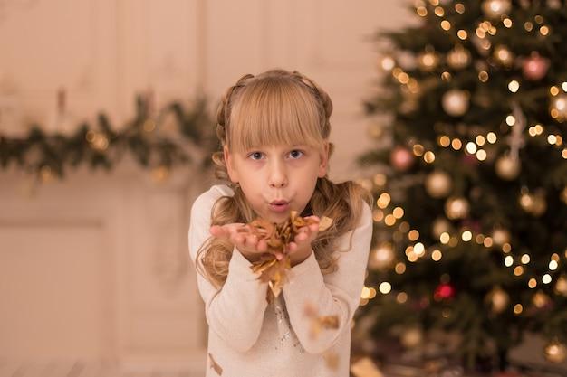 Маленькая девочка наслаждается праздником рождества.