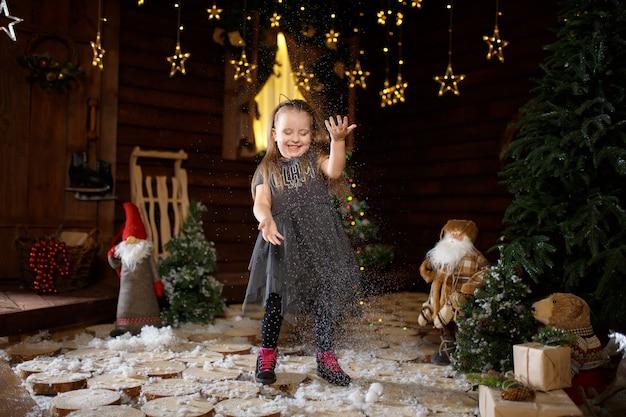 Маленькая девочка наслаждается рождественскими каникулами.