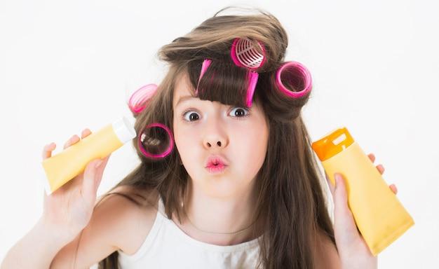 少女はクリームのチューブを持っています。スキンケア、化粧品、フェイシャルトリートメント Premium写真