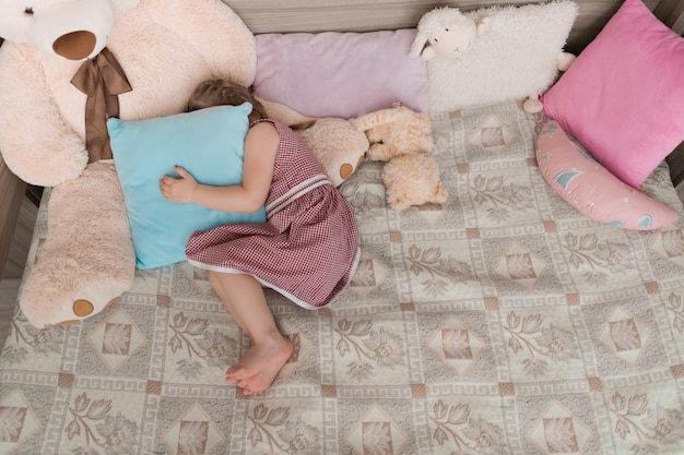 La bambina gioca a nascondino nella sua stanza