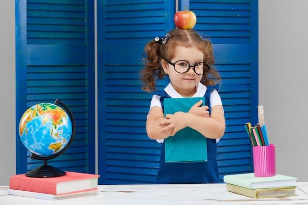 Маленькая девочка учится в выпускной