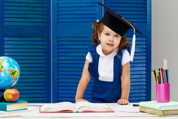 卒業の帽子をかぶっている女の子