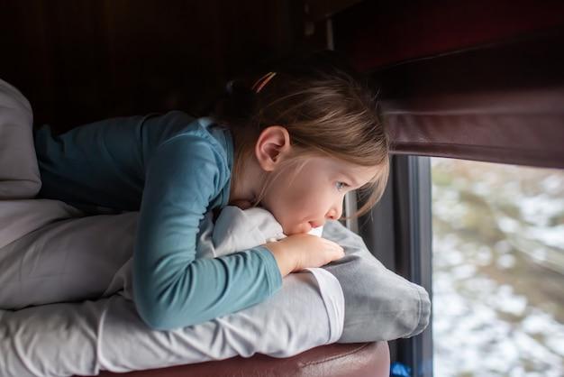 Маленькая девочка едет на российском поезде
