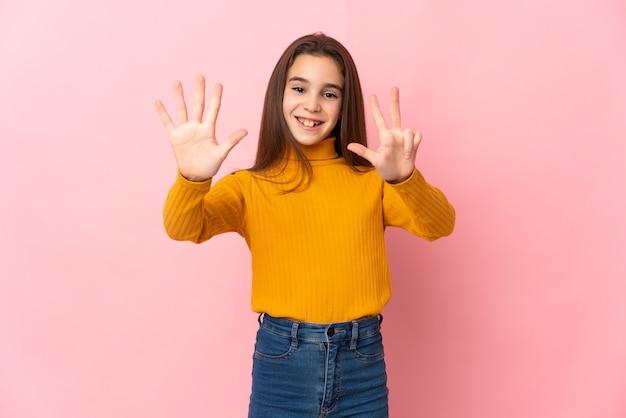 손가락으로 8 세 분홍색 배경에 고립 된 어린 소녀