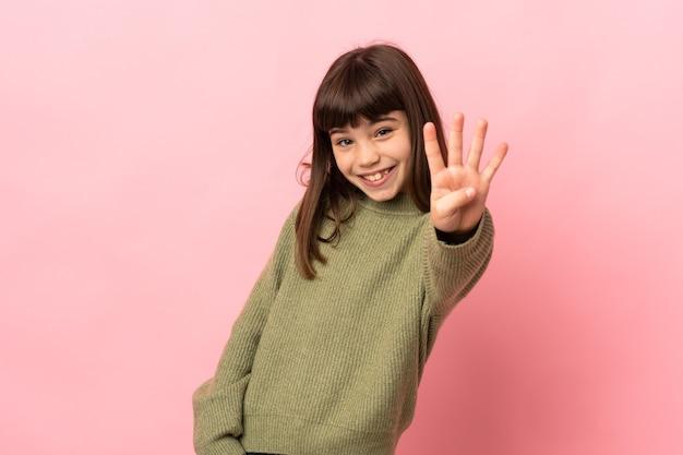 幸せなピンクの背景に分離された少女と指で4を数える