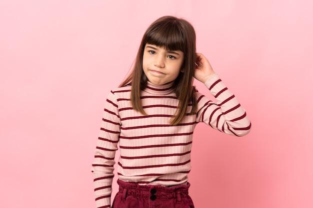 疑いを持ってピンクの背景に分離された少女