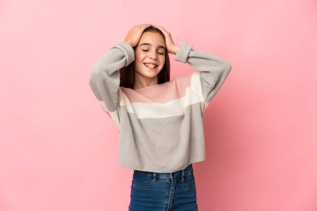 분홍색 배경 웃음에 고립 된 어린 소녀