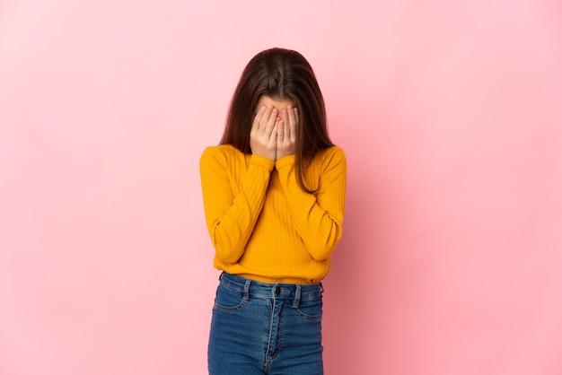 疲れて病気の表情でピンクの背景に分離された少女