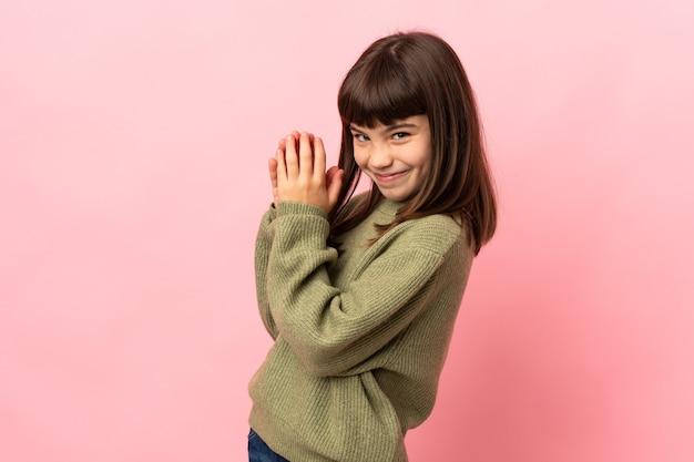 Маленькая девочка изолирована на розовом интриге что-то