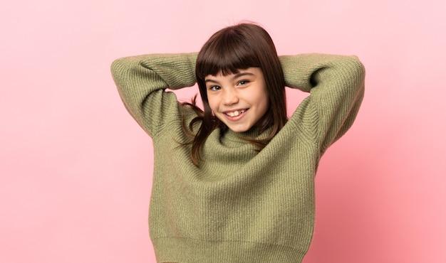 분홍색 벽 웃음에 고립 된 어린 소녀