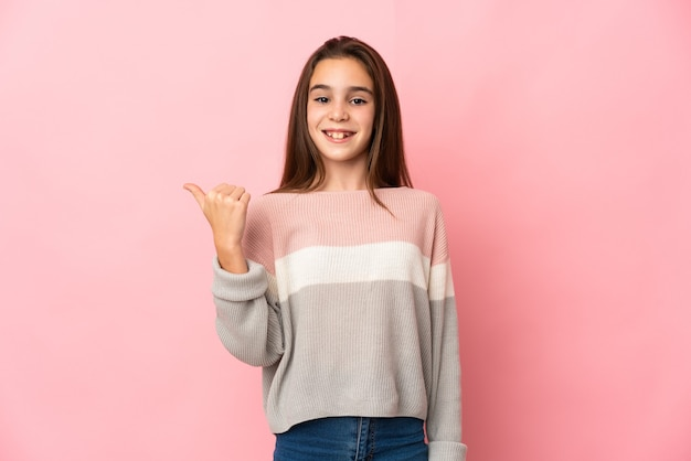 製品を提示する側を指しているピンクの壁に孤立した少女