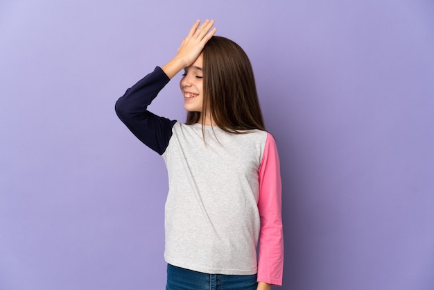 Маленькая девочка, изолированная на фиолетовом фоне, что-то поняла и намеревается решить