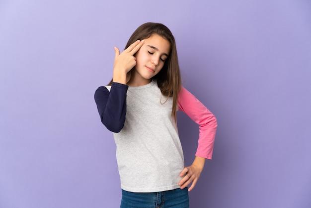 自殺ジェスチャーを作る問題で紫色の背景に孤立した少女