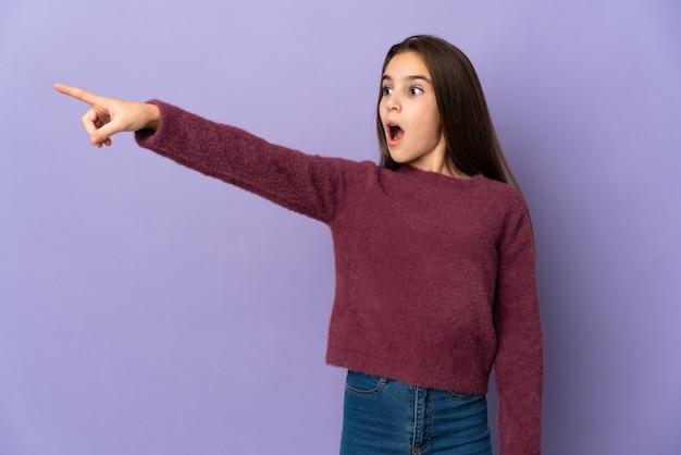 離れて指している紫色の壁に孤立した少女