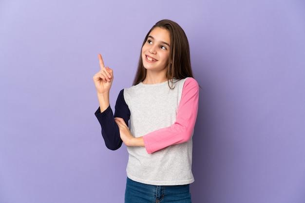 素晴らしいアイデアを指している紫色の壁に孤立した少女