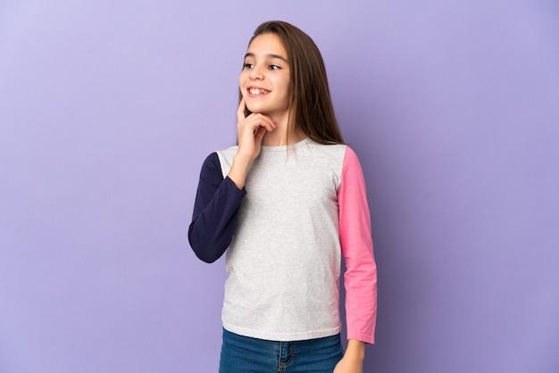 찾는 동안 보라색 벽 생각에 고립 된 어린 소녀