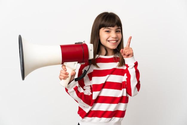 확성기를 들고 좋은 아이디어를 가리키는 흰색 배경에 고립 된 어린 소녀