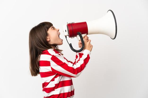 측면 위치에서 뭔가를 발표하기 위해 확성기를 통해 외치는 흰색 배경에 고립 된 어린 소녀