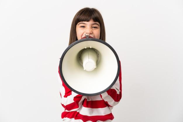 뭔가 발표하는 확성기를 통해 외치는 흰색 배경에 고립 된 어린 소녀