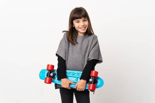 행복 한 표정으로 스케이트와 흰 배경에 고립 된 어린 소녀