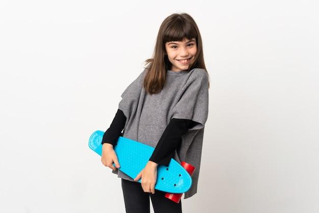 스케이트와 흰색 배경에 고립 된 어린 소녀