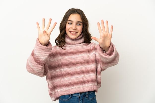 Маленькая девочка, изолированные на белой стене, считая девять пальцами