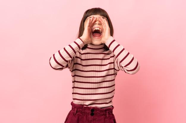 Маленькая девочка изолировала кричать и что-то объявлять