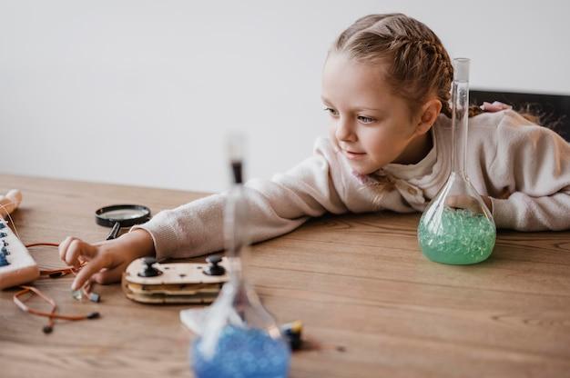 과학 물건에 대해 배우는 어린 소녀