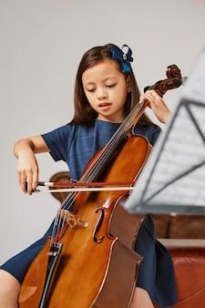 チェロの弾き方を学ぶ少女