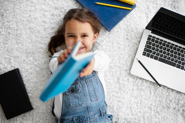 Маленькая девочка учится читать